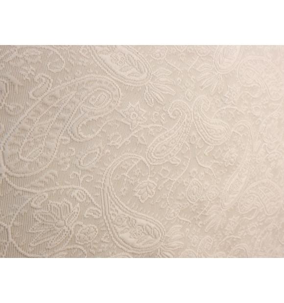 Colcha básica en color beige con detalles